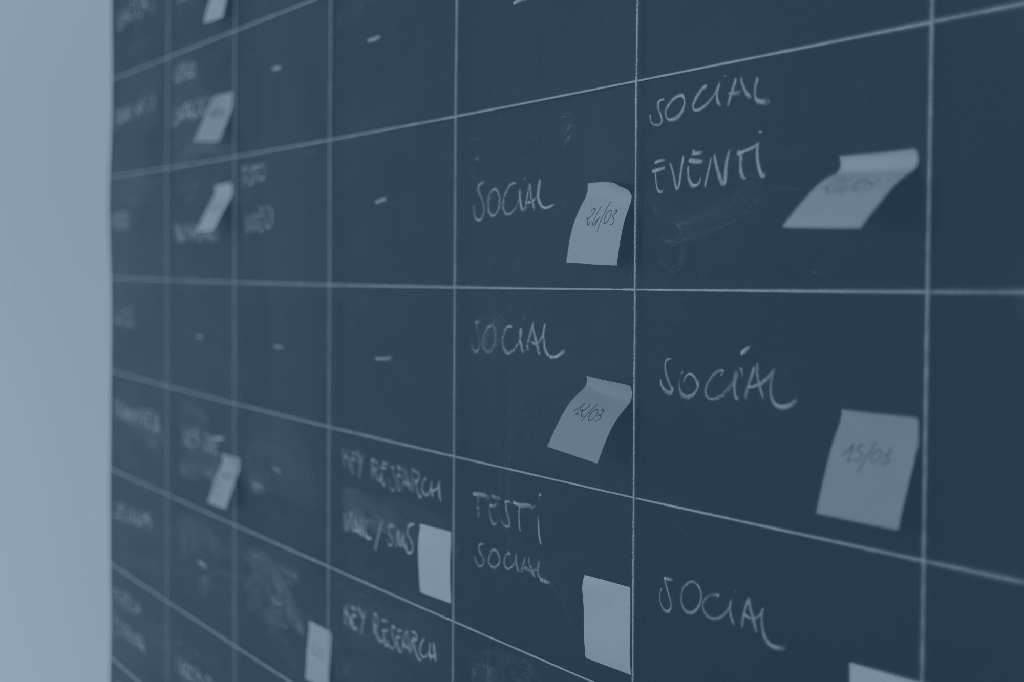 plan de communication social media sur tableau noir